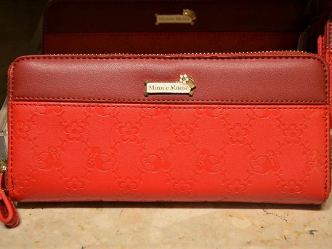 eb52ddcd9785 ディズニーランドの財布&バッグ19選!高級感あふれるレザー&革のお土産 ...