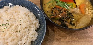 【路地裏カレーサムライ】北海道の人気スープカレー!野菜たっぷり&アレンジ可!店舗情報も!