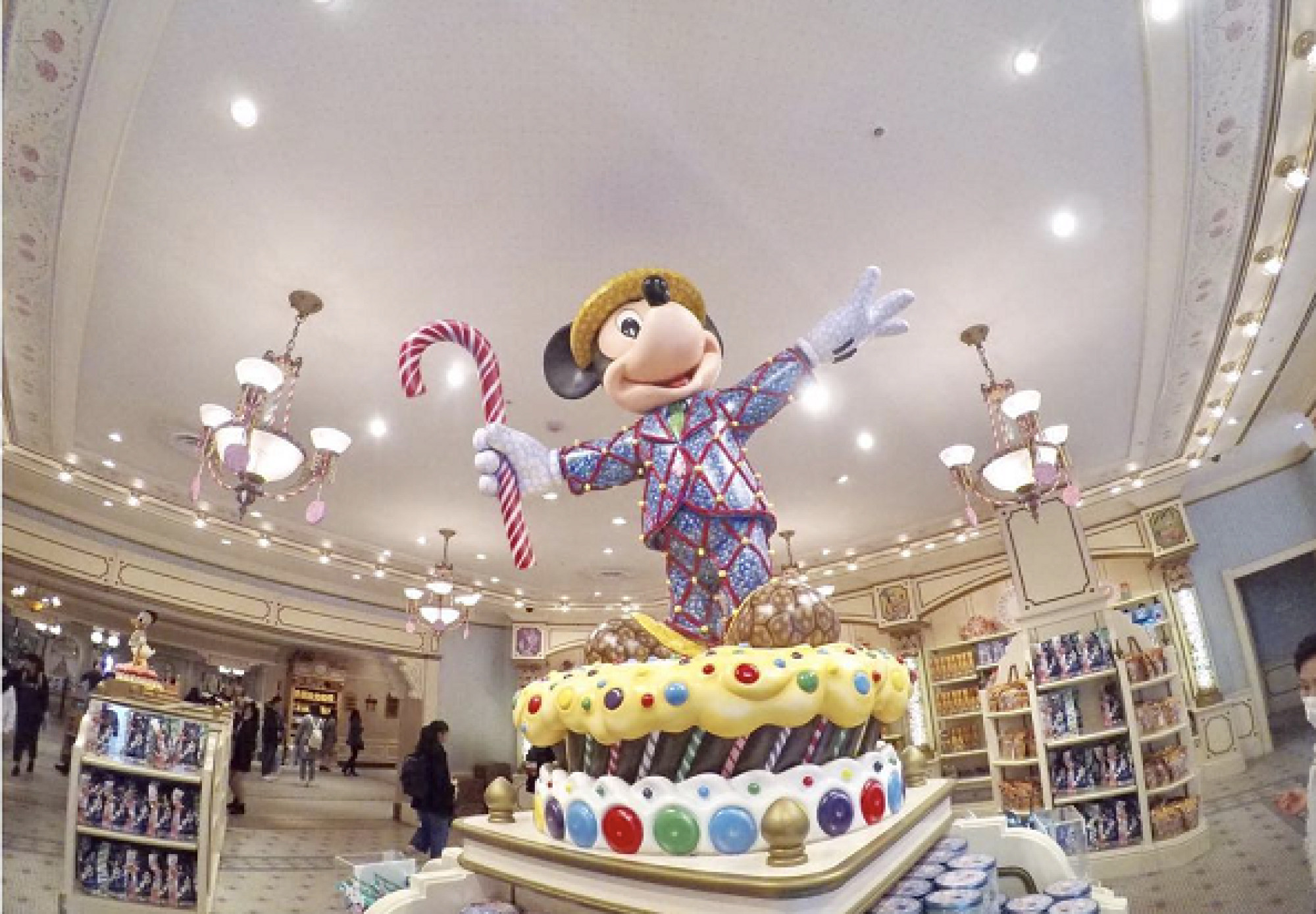 お菓子で作られたようなデザインのミッキーがお出迎え。