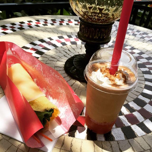 チキンサラダクレープと夏のメニューにあるドリンク