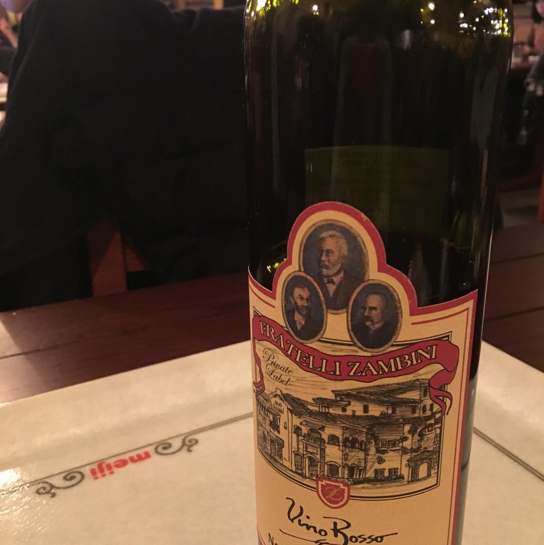 ボトルの赤ワイン