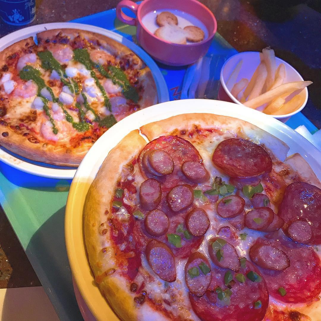 シーフードピザ(奥)とソーセージピザ(手前)