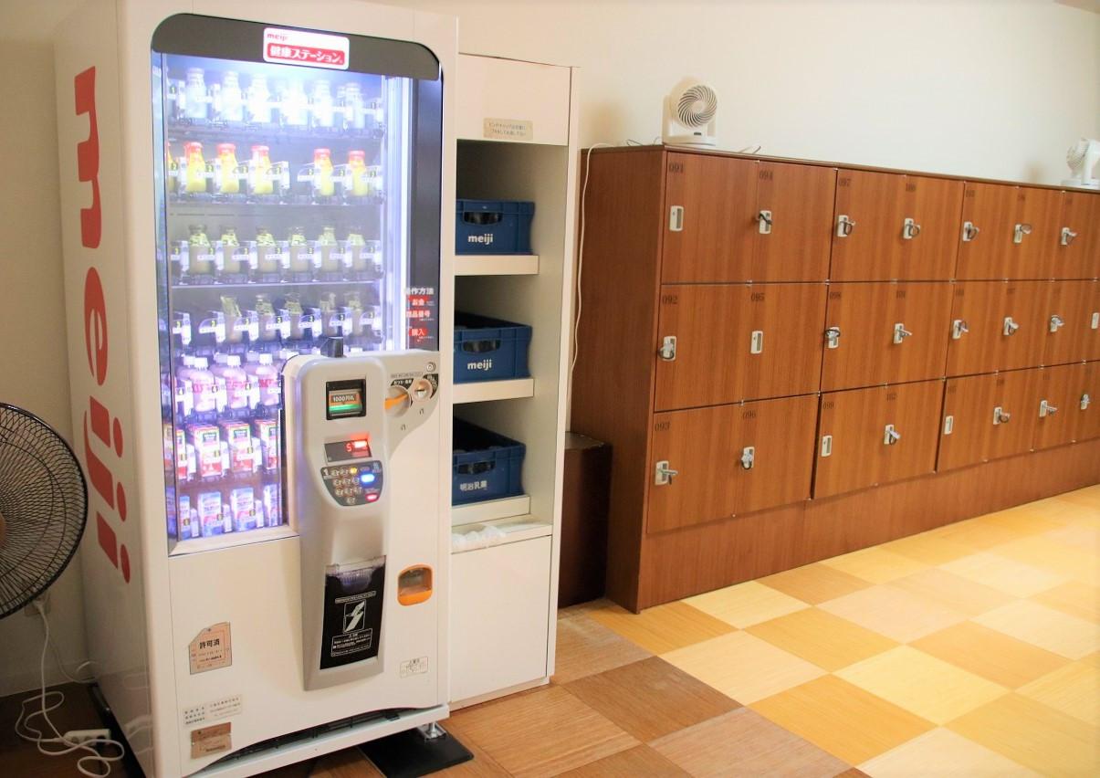 ロッカーと牛乳自動販売機