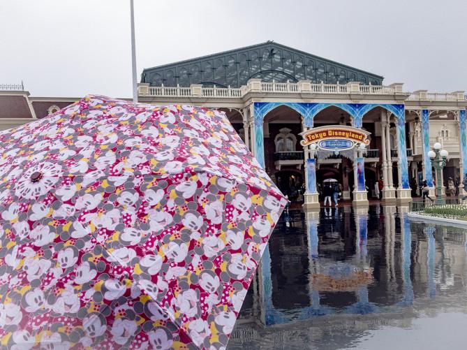 雨のディズニーの楽しみ方!限定パレードあり!雨具・持ち物をチェックして対策を!