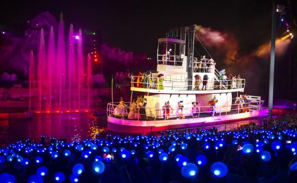 『蒸気船ウィリー』の船で迎えるフィナーレシーン