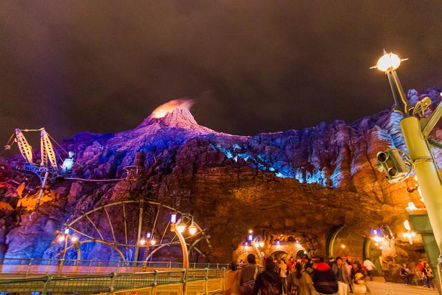 夜には魅惑的にライトアップされるプロメテウス火山