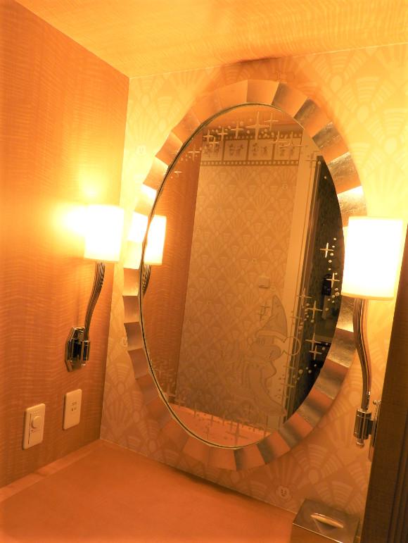 入室して左手にある鏡