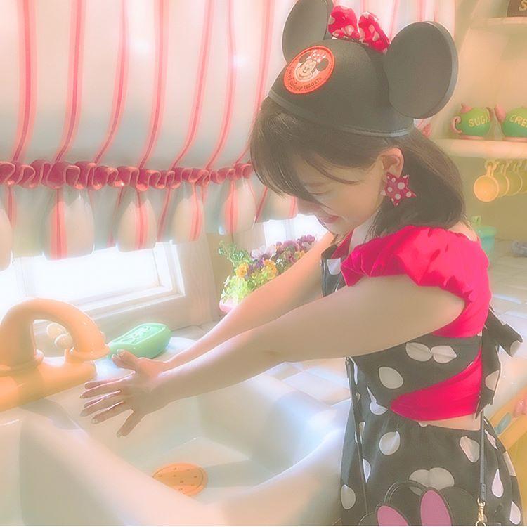 流しで手洗いポーズ