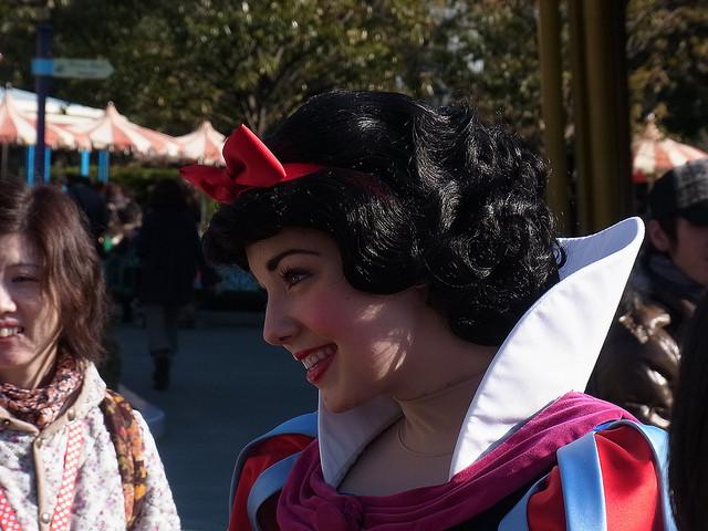 ディズニーランドの白雪姫はさすがに14歳には見えませんが、あふれる美貌にほれぼれ…