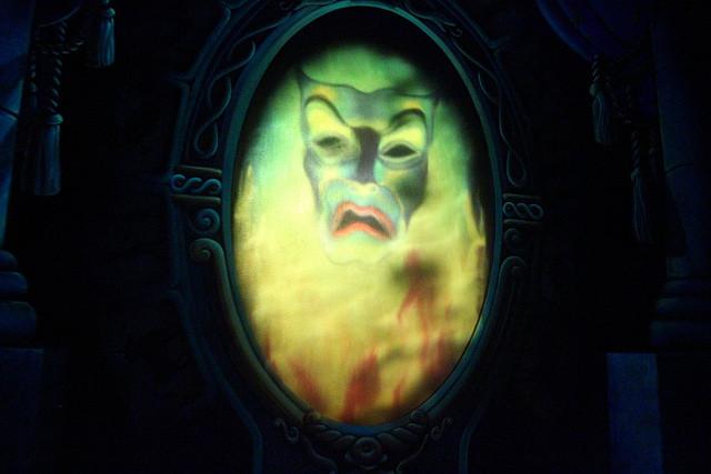 魔女の嫉妬の原因となる魔法の鏡