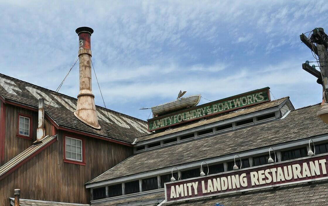 アミティランディングレストランの屋根には船が/USJ