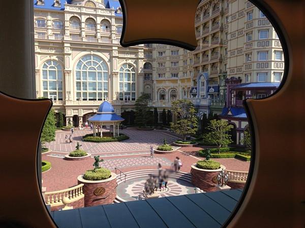 ディズニーリゾートラインから見える東京ディズニーランドホテル
