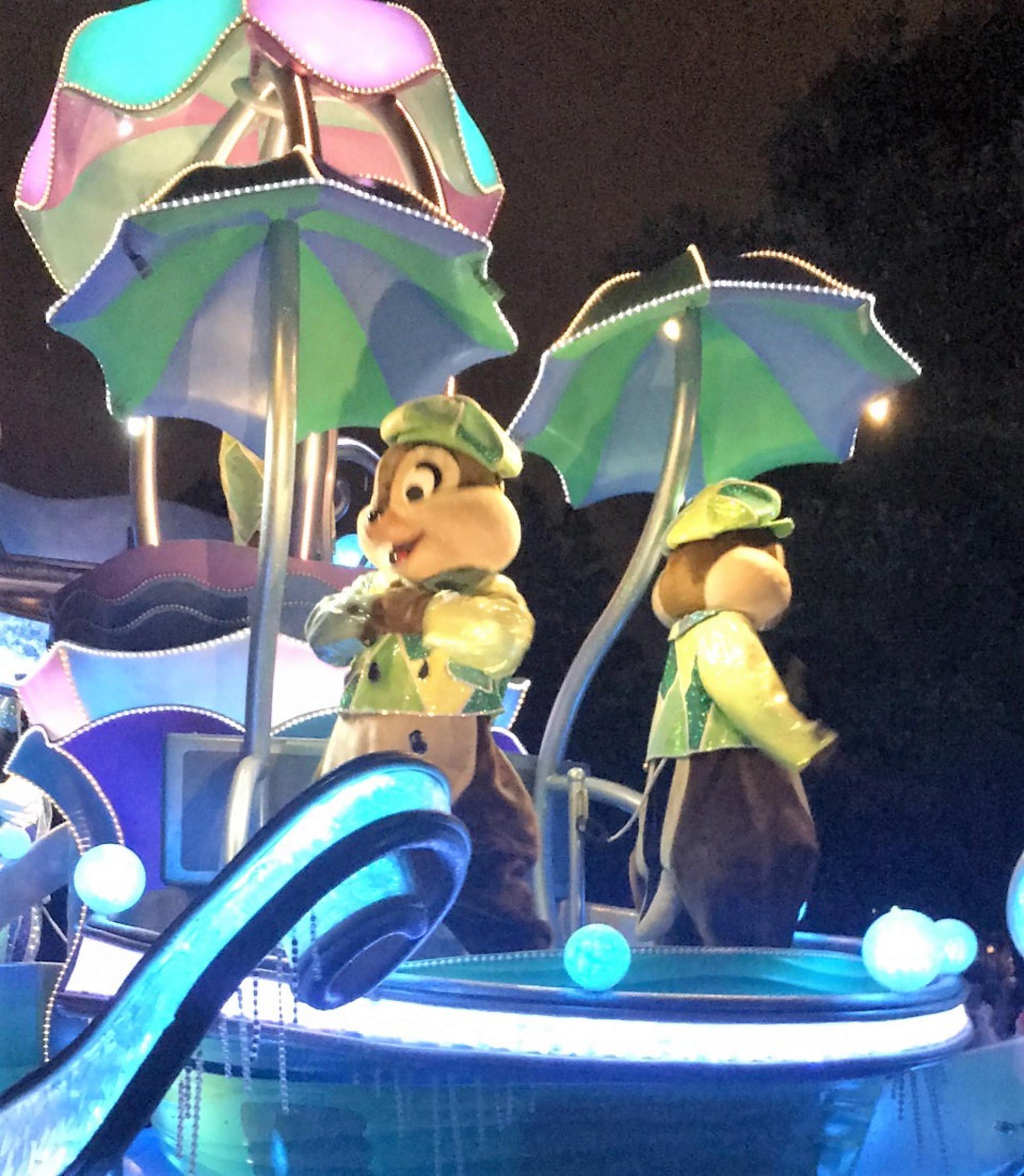 チップとデールが傘をさしていますね♪