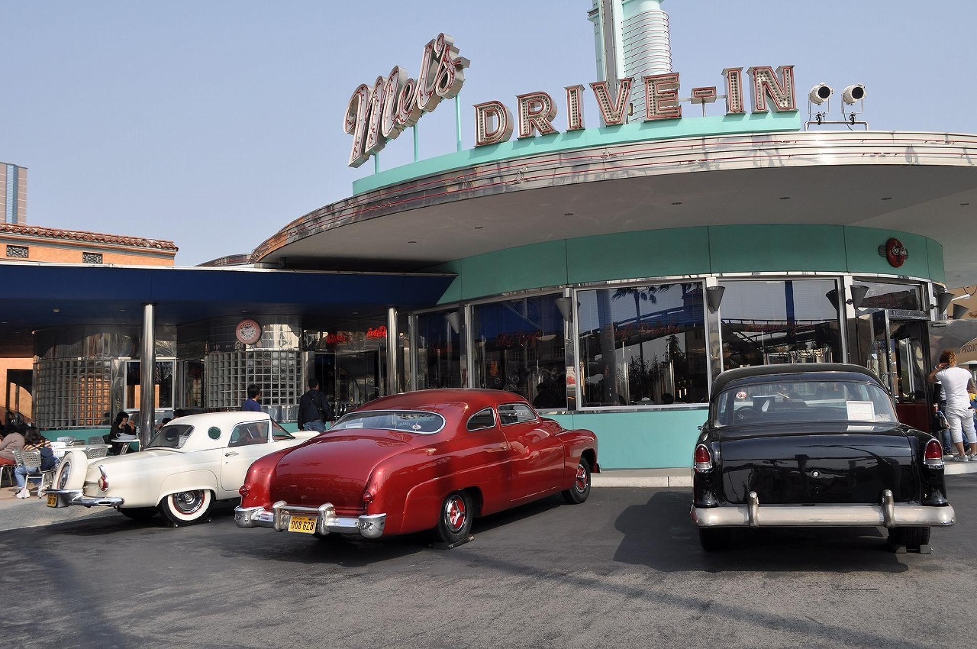 メルズドライブインの前にはクラシックカーが展示されている